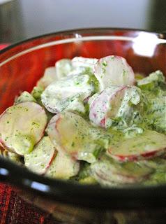 Салат из зеленого лука с редиской