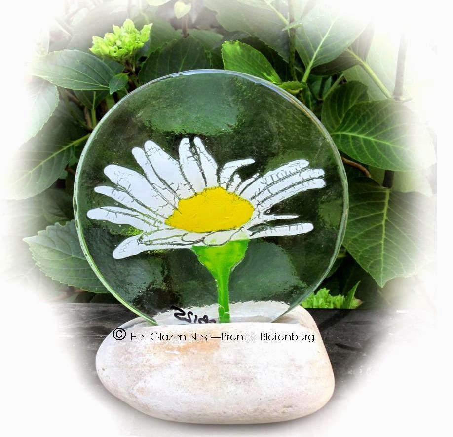 http://www.glazeniers-glaskunst.nl/2014/06/zomerse-bloem-in-glasfusing.html