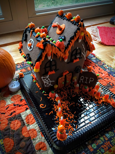 Haunted Gingerbread House via foobella.blogspot.com