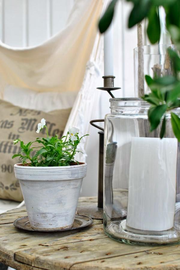 vit minipense lerkruka blockljus glasburk bord av kabeltrumma