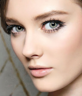 7 dicas de maquilhagem para mulheres +40 - Lápis claro para sobrancelhas