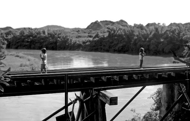 Enfants sur le pont de la rivière Kwai
