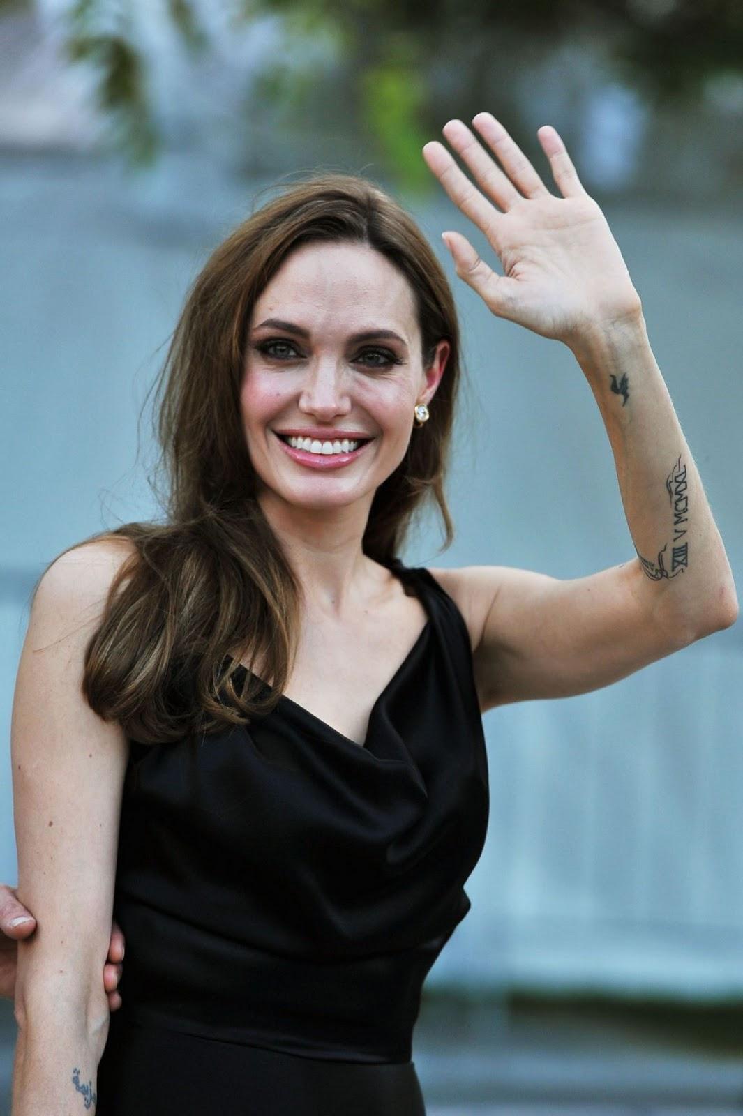 http://4.bp.blogspot.com/--pn-4u4FUk0/ToH3Fsd8DrI/AAAAAAAAEJg/K3nEQ5_aeI0/s1600/Angelina+Jolie+at+Moneyball+Premiere+%25E2%2580%2593+wearing+Vivienne+Westwood+%25283%2529.jpg