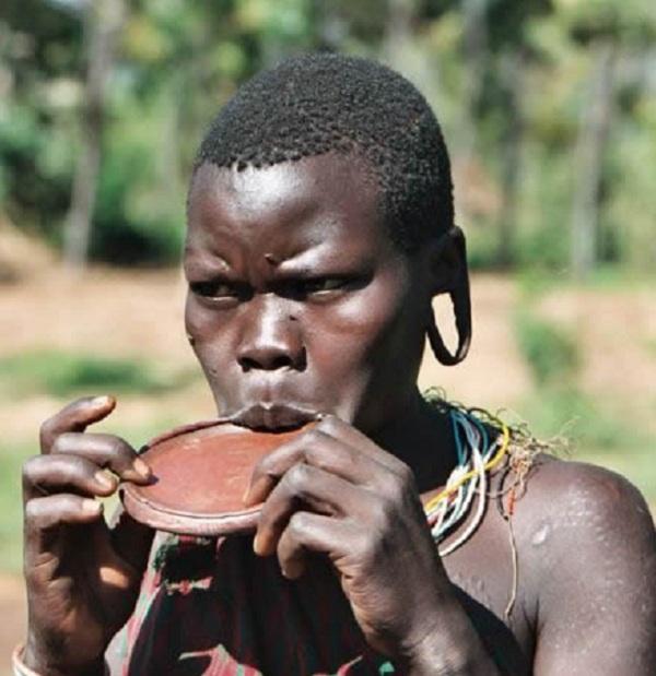 Kinh dị bộ tộc làm đẹp đeo đĩa lên môi 9