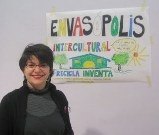 Soledad Raboso, presidenta de Recicla Inventa, inaugurando la exposición Envasópolis Intercultural en el C.E.I.P. Felipe II de Madrid
