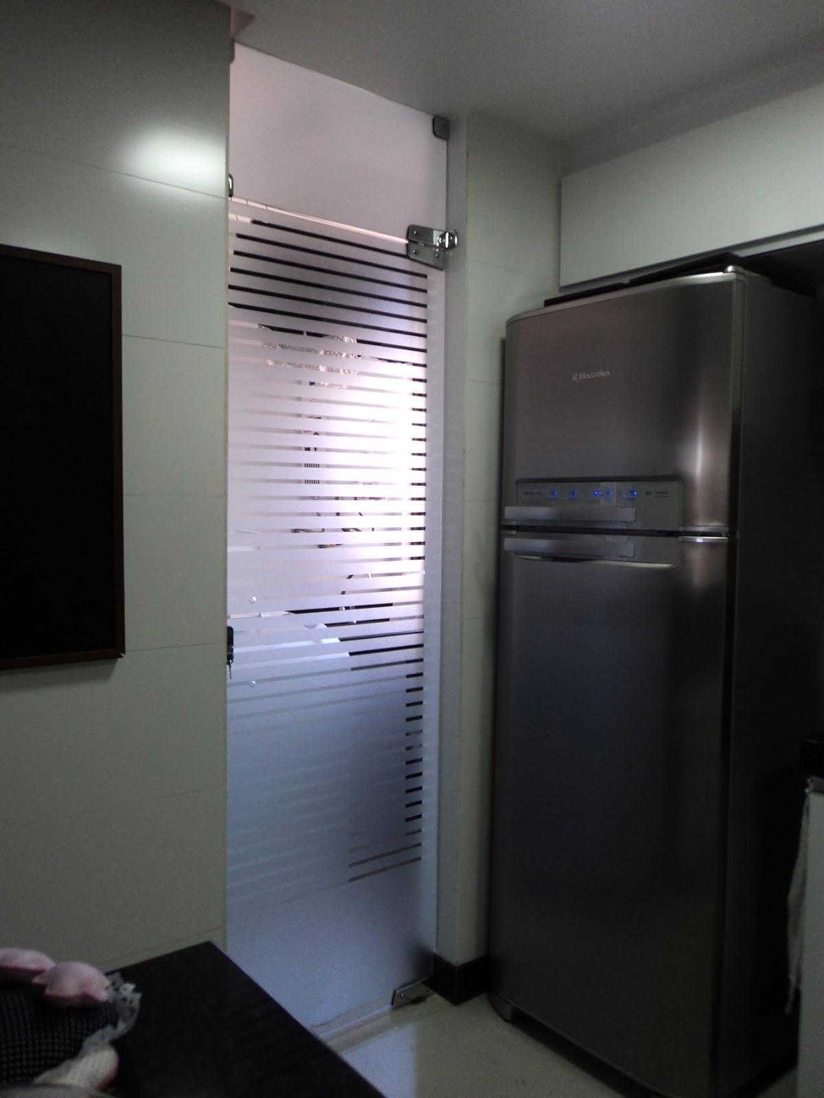 #525779 Porta de Vidro que divide a cozinha da lavanderia com película/jato  1200x1600 px porta para banheiro de vidro jateado