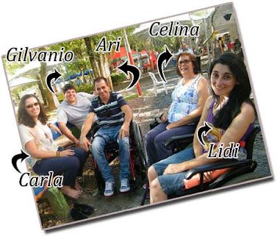 Na foto, todos sentados em uma praça arborizada. Ao lado de cada um, seus nomes e uma seta apontado para que o leitor saiba quem é quem. Da esquerda para direita, Carla Paiva e Gilvanio sentados em um banco da praça. Formando um semi-ciírculo, em cadeiras de roda, Ari, Celina e Lidi. Todos estão sorrindo