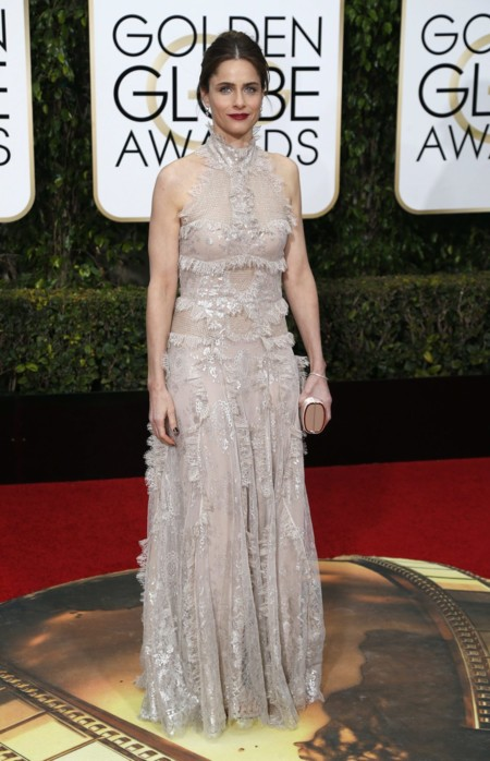 Amanda Peet vestida de Alexander McQueen en los Golden Globes, enero 2016