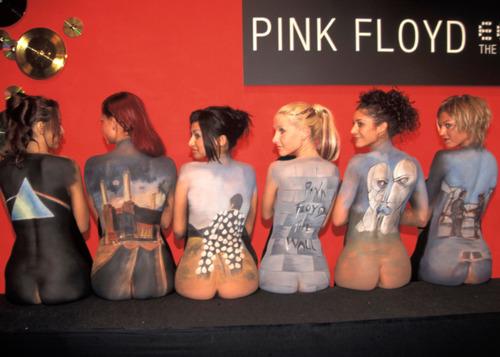 Imitación de la foto promocional del Pink Floyd back catalogue con otras portadas