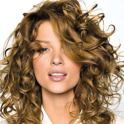 15 formas de llevar el pelo rizado Vogue - Peinados Para Un Pelo Rizado