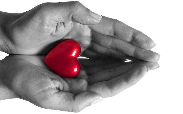 Foto van een rood liefdes hartje en handen