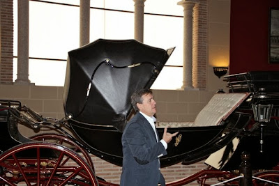 Juan Tirado junto a sus carruajes. Blog Esteban Capdevila