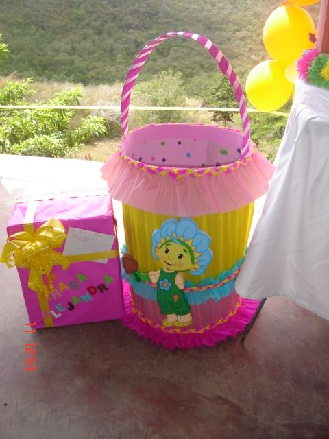 Imagenes de cajas de regalos de fiesta imagui for Caja almacenaje infantil