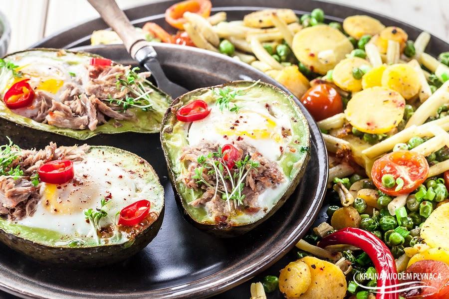 pieczone awokado z jajkiem, dania z awokado, dania z jajkiem, zapiekane awokado, awokado z warzywami, mieszanka Bonduelle, warzywa Bonduelle, pieczone warzywa, jajko z warzywami, dania wegetariańskie, kraina miodem płynaca