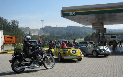 No momento da saída, o breve congestionamento em função da mistura de conversíveis e motocicletas de um grupo que também programou um evento naquele sábado, dia 27 de abril.