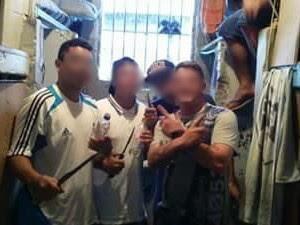 Dentro de cela, presos fazem foto mostrando facas artesanais no RS