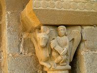 Detall del capitell dret on hi ha representat a la cara frontal la figura de Sant Mateu i a la cara lateral Sant Lluc, representat pel bou