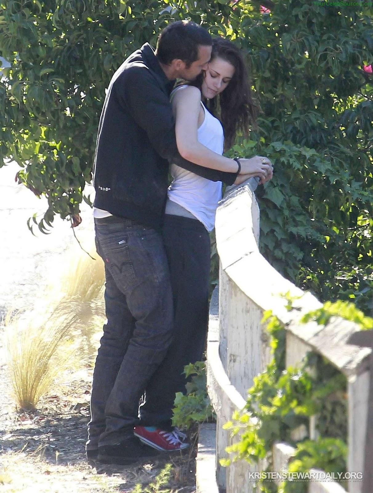 http://4.bp.blogspot.com/--tcQfsh5m6U/UB6p12zM1UI/AAAAAAAACEI/FSCwe6ZTLwI/s1600/Kristen-Stewart-Rupert-Sanders-Hugging-Love-5.jpg
