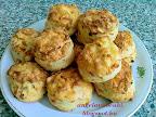 Zöldfűszeres hagymás pogácsa recept, sós sütemény reszelt sajttal és szezámmaggal.