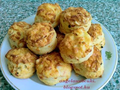 Zöldfűszeres hagymás pogácsa recept, sós sütemény reszelt sajttal.