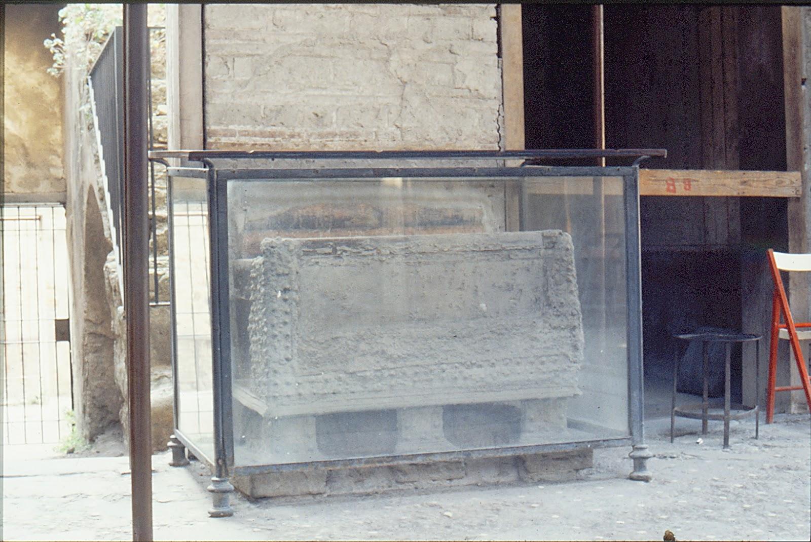 Casa de los Vetii. 3. Atrio, izquierda - Arca con laterales de bronce; había otra igual en la pared de enfrente