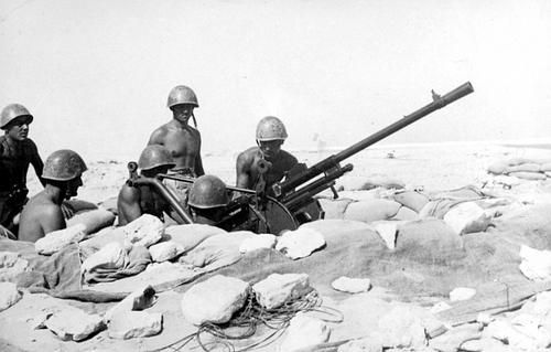 An Italian anti-aircraft battery with a 20-mm gun Cannone-Mitragliera da 20/65 modello 35 (Breda) in position in the North African desert