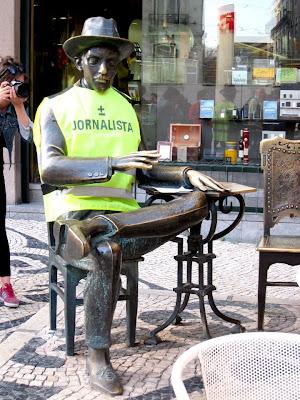 Estátua de Fernando Pessoa com colete de jornalista