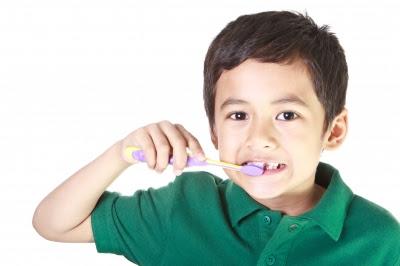 Anak sedang memberus gigi