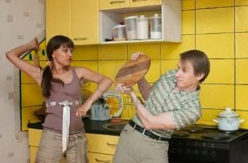 woman-beating-the-man-on-kitchen - الزوجة المفترية والمسترجلة -امرأة تضرب فتاة رجل -  والزوج دائما الضحية !!
