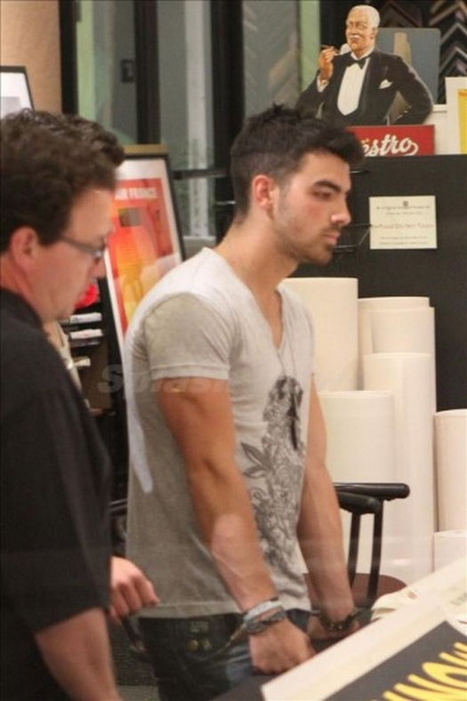 Jonas Brothers: Candids&Noticias > 5 Nick-joe-hawaii-003