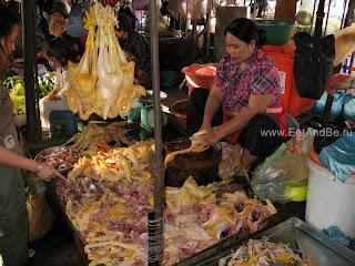 Разделка кур в Phsar Thmei - центральный рынок в Пномпене, Камбоджа Есть и быть www.EatAndBe.ru