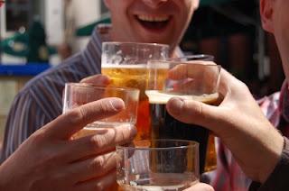 Um a cada três homens de 18 a 24 anos abusa do álcool no país, diz pesquisa