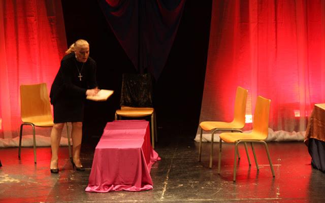 Un momento de la puesta en escena de la obra Cinco horas con mario en la casa de la cultura de Illescas. IMAGEN COMUNICACION ILLESCAS
