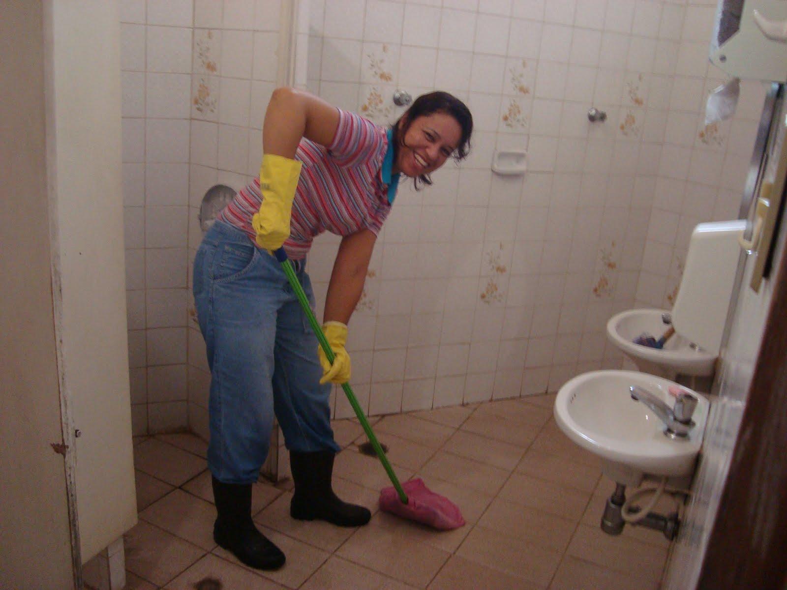 Eu e a Sandra ficamos com os banheiros. #9C802F 1600 1200