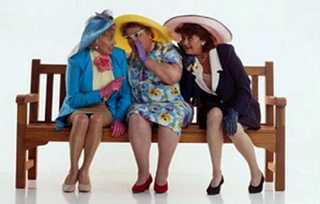 Resultado de imagem para velhas senhoras fofoqueiras na praça