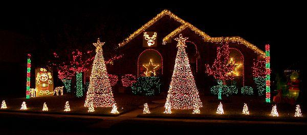 Outdoor christmas lights decorating ideas for Holiday lawn decorations