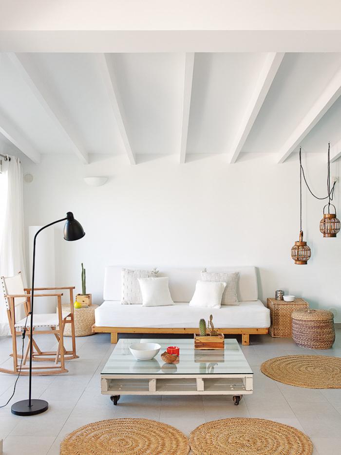 Deco salon con sofa blanco y madera con alfombras de esparto mimbre