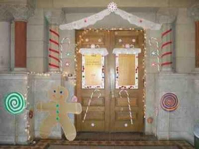 Urocza świąteczna aranżacja drzwi