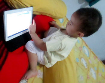 Hadi_picking_song_on_samsung_tablet