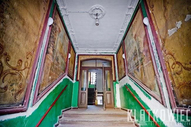 Antyczne motywy na klatce schodowej w Toruniu