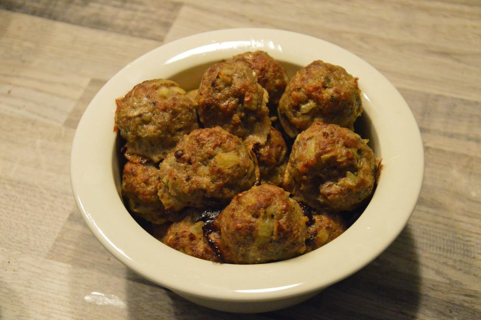 Tyypillistä maanantaisapuskaa; lihapullia & ruskeaa kastiketta