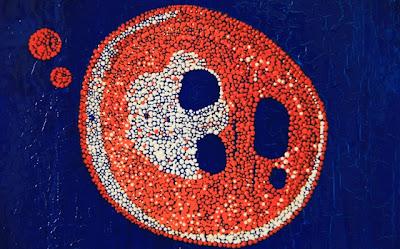 peinture à la caséine et pigments bleus_points colorés oranges et blancs