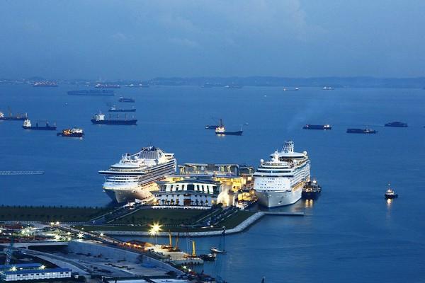 GAMBAR oleh firma Communications DNA Pte Ltd menunjukkan kapal persiaran Diamond Princess dan Voyager of the Seas berlabuh di terminal Pusat Pelayaran Teluk Marina di Singapura kelmarin.