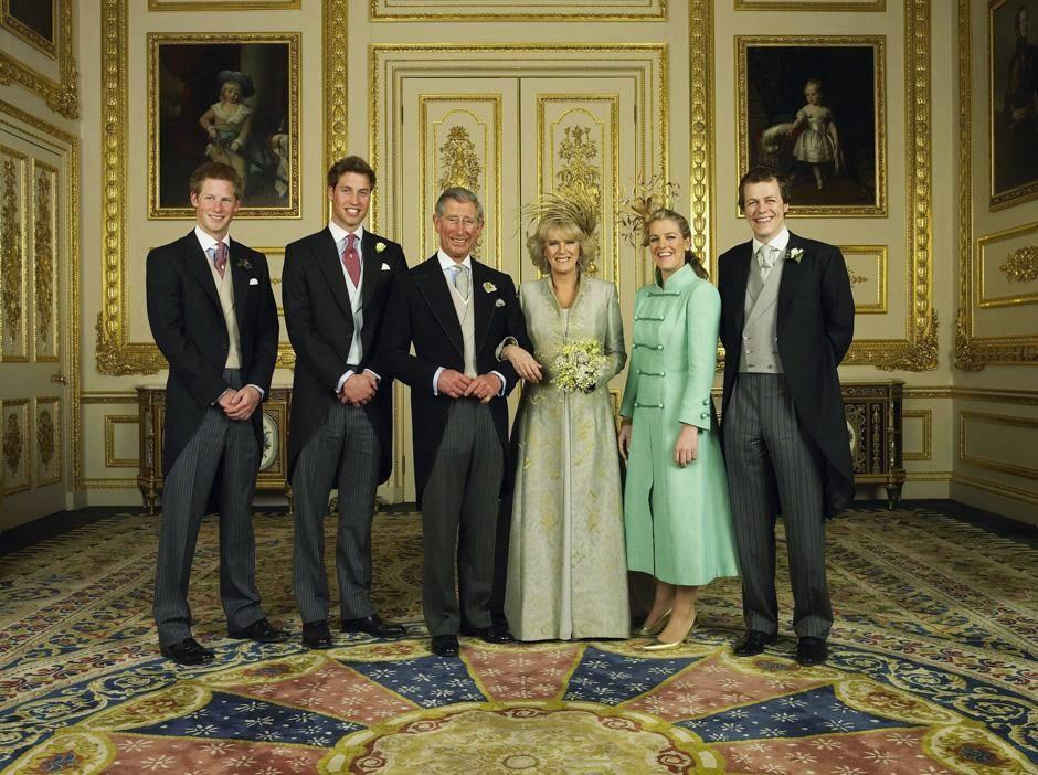 официальное фото в Кларенс-хаус: принц Уэльский и его невеста Камилла, герцогиня Корнуоллская, с детьми (слева направо) принцем Гарри, принцем Уильямом, Лаурой и Томом Паркером Боулсом.