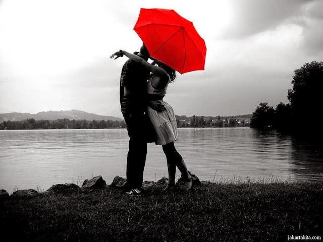 Gambar Orang Berciuman Mesra