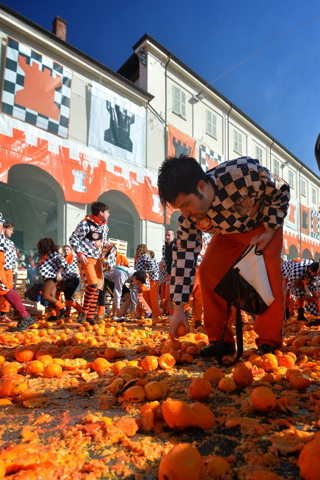 Carnival, Entertainment, Festival, Food, Food fight, Fruits, Italy, Ivrea, News, Offbeat, Oranges, Tradition,