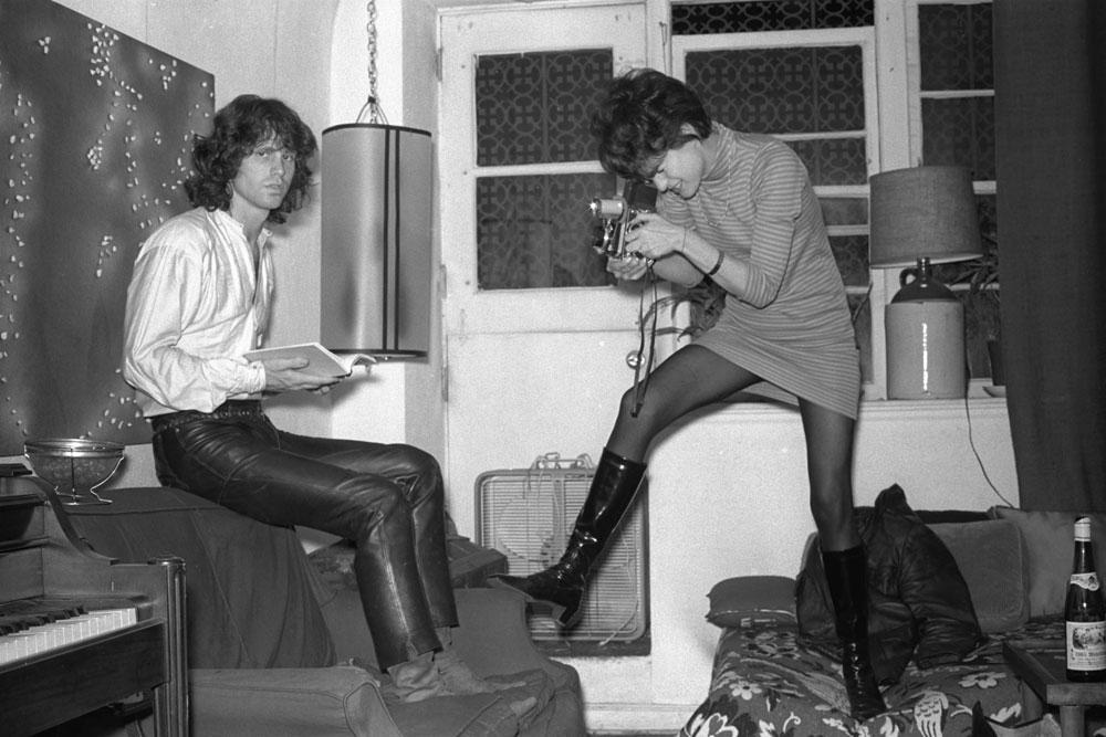 Jim Morrison, do The Doors, pousa para a fotógrafa Gloria Stavers, da revista adolescente Sixteen, em junho de 1967.