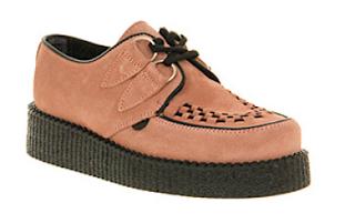 Modello scamosciato di scarpa creeper