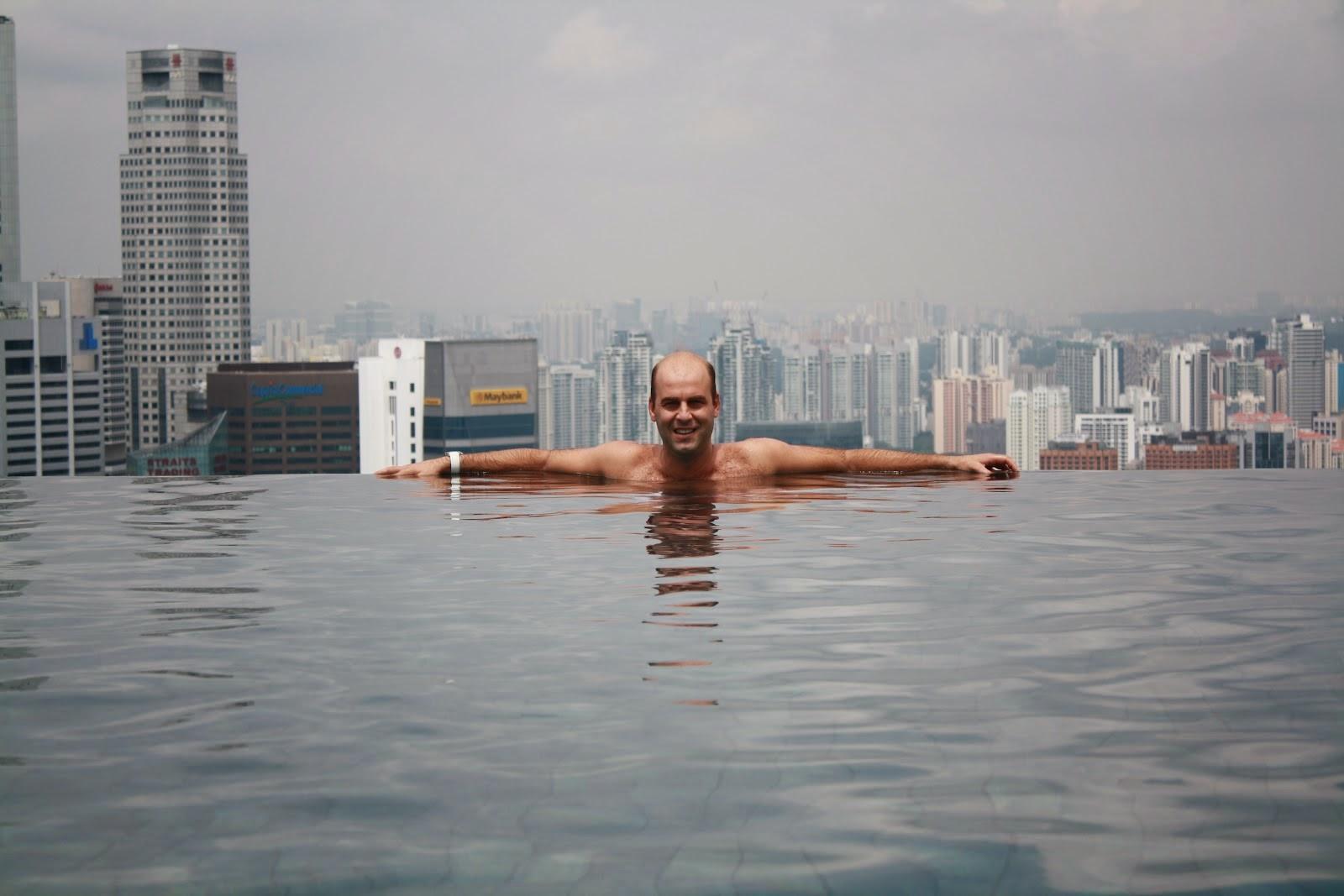 psicina del hotel marina bay sand en singapur