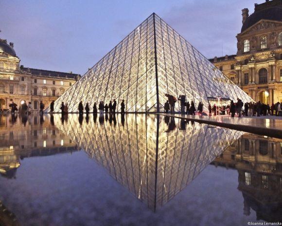 Joanna Lemanska fotografia Paris reflexos através poças de água Louvre